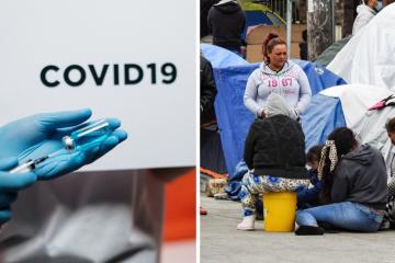 Migrantes del campamento 'El Chaparral' en Tijuana reciben...