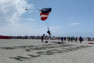 Veterano de 100 años se arroja en paracaídas en San Diego