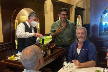 Mel Gibson visita Caesar´s famoso restaurante de Tijuana