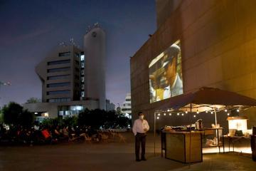 Proyección de películas ilumina explanada del Cecut