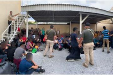 Video: Casa en Nuevo León tenía a 327 migrantes en condiciones...
