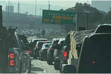 Turistas estadounidenses hacen horas de fila para entrar a Tijuana
