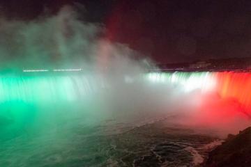 Cataratas del Niagara se iluminan con los colores de la bandera...