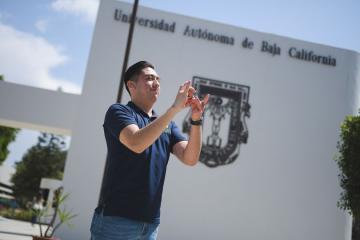 Egresa primer joven que estudió en UABC con apoyo de intérprete...