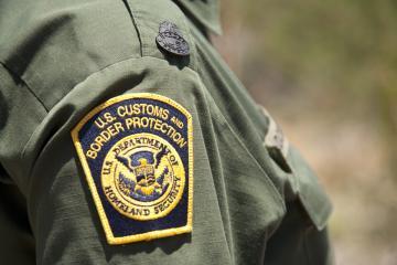 Encuentran a 16 migrantes escondidos en habitación de hotel en Texas