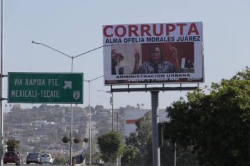 Con todo y un espectacular, tachan de corrupta a funcionaria en...