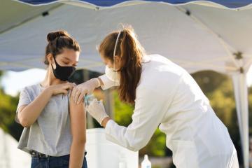 Registrarán a menores para vacunarse contra el Covid a partir de...