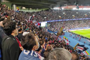 Ultras del PSG dan la bienvenida a extranjeros