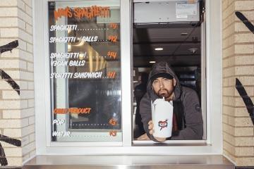 Eminem deja los escenarios y la música para vender espagueti