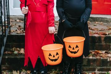 ¿Es seguro para los pequeños pedir dulces en Halloween?
