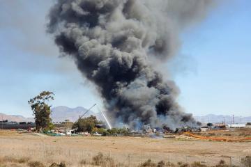 Lote de carros en San Diego se incendia y se puede apreciar desde...