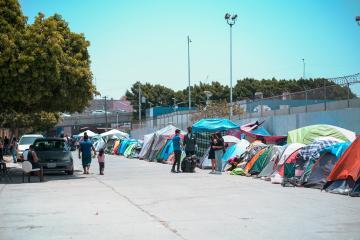 Buscan reubicar a migrantes de El Chaparral antes de la reapertura...