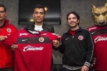 Tijuana Xolos present new signing Juan Arango