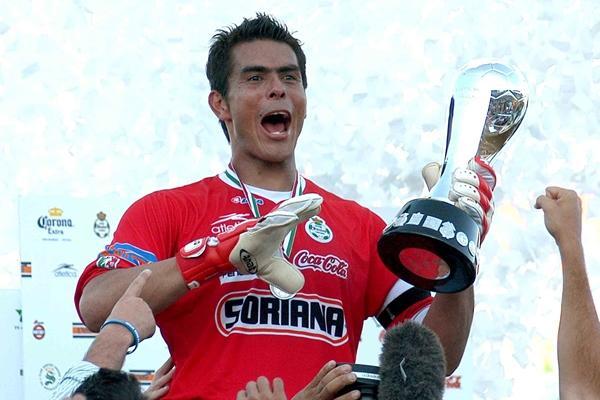 4a09c6771 11 momentos de la carrera de Oswaldo Sánchez  El retiro de un grande ...