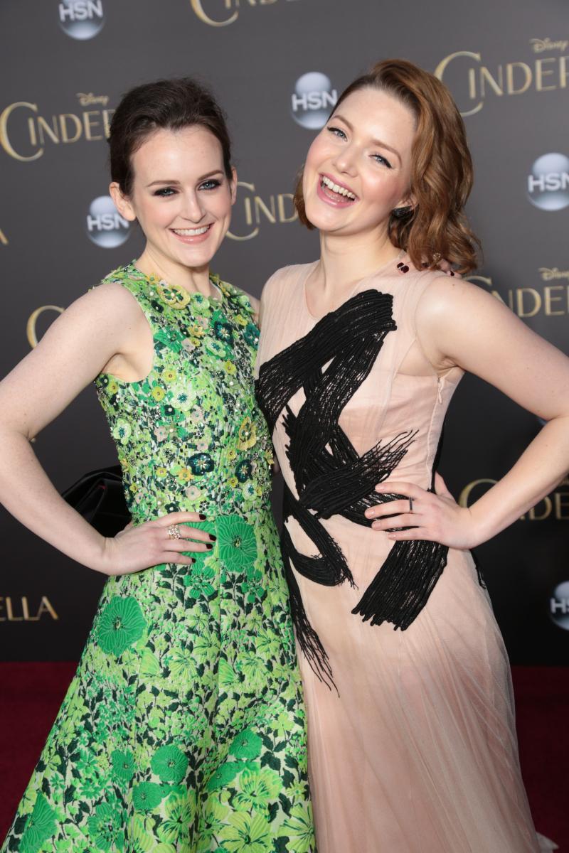 Sophie McShera y Holliday Grainger, que en la pelìcula interpretan a Drizzella y Anastasia, respectivamante.