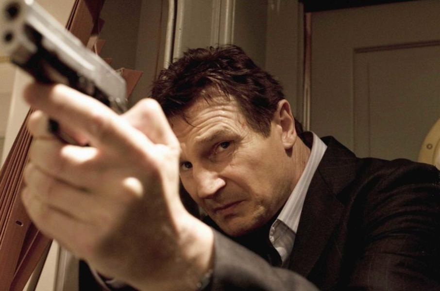 Liam Neeson en la serie de Búsqueda Implacable.  Bryan Mills puede haberse retirado, pero sus habilidades son cosa difícil de olvidar incluso ya de viejo.