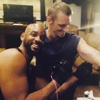 Will Smith le hace un tatuaje a Joel Kinnaman