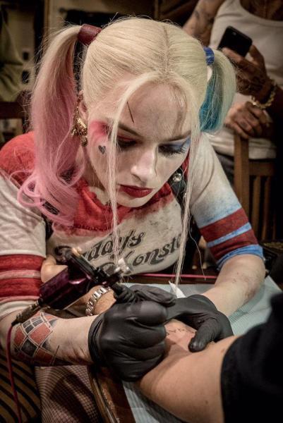 Margot Robbie realiza un tatuaje en honor a Escuadrón Suicida
