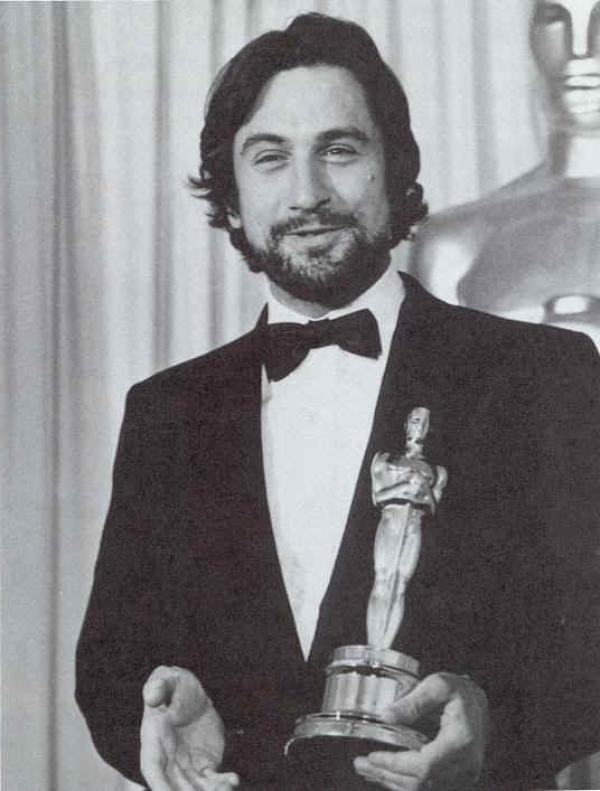 Robert De Niro con su Óscar en 1974