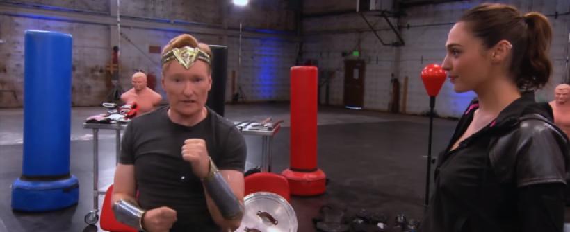 Gal Gadot entrena a Conan O'Brien para ser Mujer Maravilla