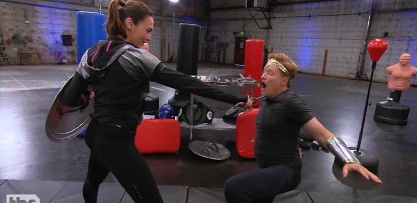 Gal Gadot entrena a Conan O'Brien al estilo Mujer Maravilla