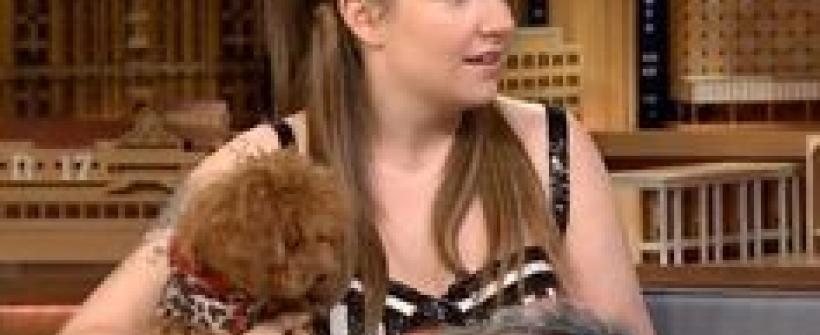 Lena Dunham y sus dos nuevas mascotas en The Tonight Show