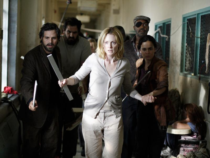 Julianne Moore, Danny Glover, Alice Braga, Joe Pingue, and Mark Ruffalo in Blindness (2008)