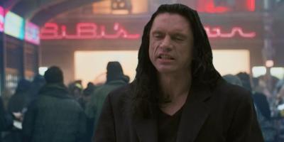 Primer avance de Scary Love, la nueva película protagonizada por Tommy Wiseau que recuerda a Blade Runner