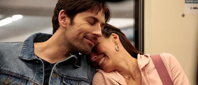 Jordan Belfi y Ana Claudia Talancón en American Curious (2018)