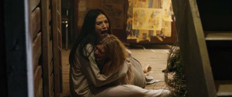 Anastasia Phillips y Crystal Reed en Pesadilla en el Infierno (2018)