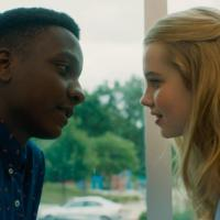 Sean Jones y Angourie Rice en Cada Día (2018)