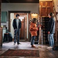Toni Collette, Alex Wolff y Milly Shapiro en El Legado del Diablo (2018)