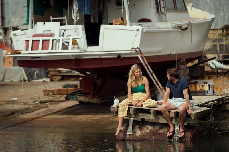 Shailene Woodley y Sam Claflin en A la Deriva (2018)