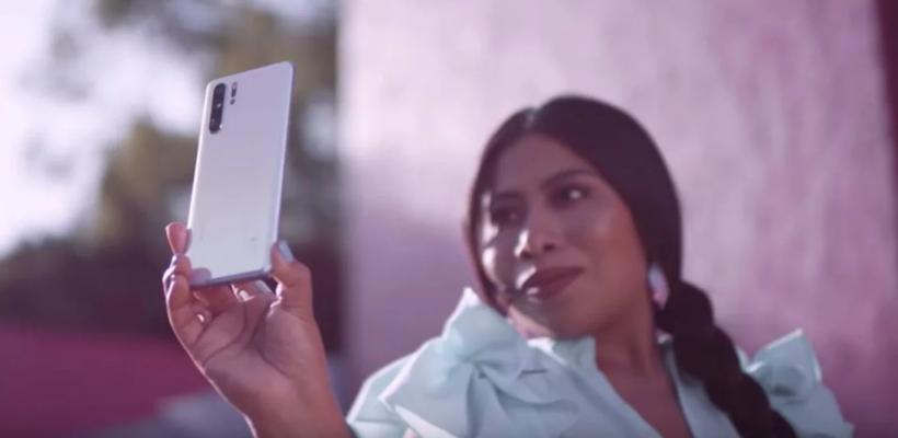 Yalitza Aparicio es insultada por aparecer en comercial de Huawei y Motorola la defiende