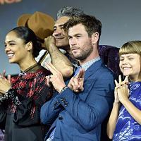 Thor: Love and Thunder (2021). Taika Waititi, Tessa Thompson, Chris Hemsworth y Lia McHugh. Fotografía de Alberto E. Rodriguez/Getty Images para Disney - © 2019 Getty Images - Imagen cortesía de gettyimages.com