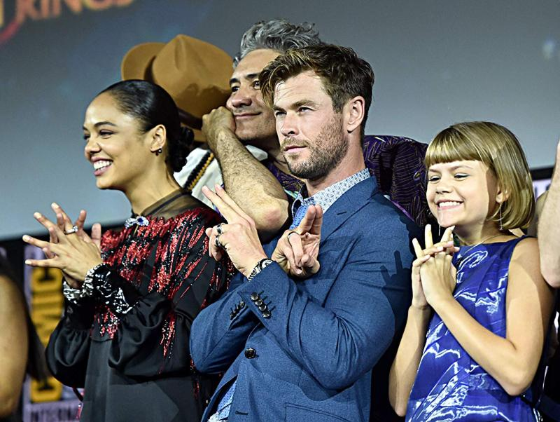 Thor: Love and Thunder (2021). Taika Waititi, Tessa Thompson, Chris Hemsworth y Lia McHugh. Fotografía de Alberto E. Rodriguez/Getty Images para Disney - © 2019 Getty Images - Imagen cortesía de gettyimages.com
