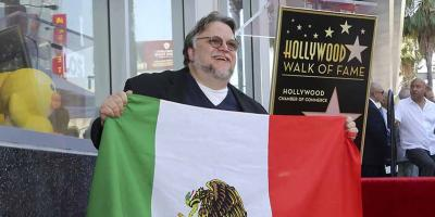 Periodista mexicano critica a Guillermo del Toro por portar la bandera de México y el público lo destroza