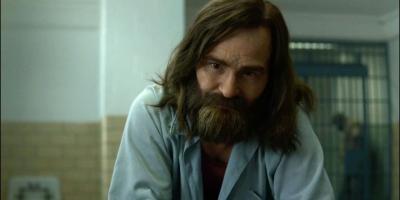Actor de Mindhunter cree que la serie tiene un mejor Charles Manson que Había una vez en... Hollywood