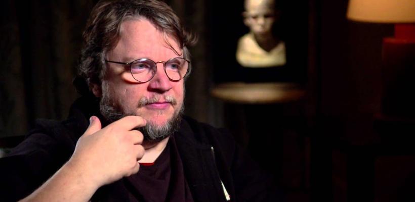 Cervecera cede ante Guillermo del Toro, sustituirá las latas con la imagen y firma del cineasta