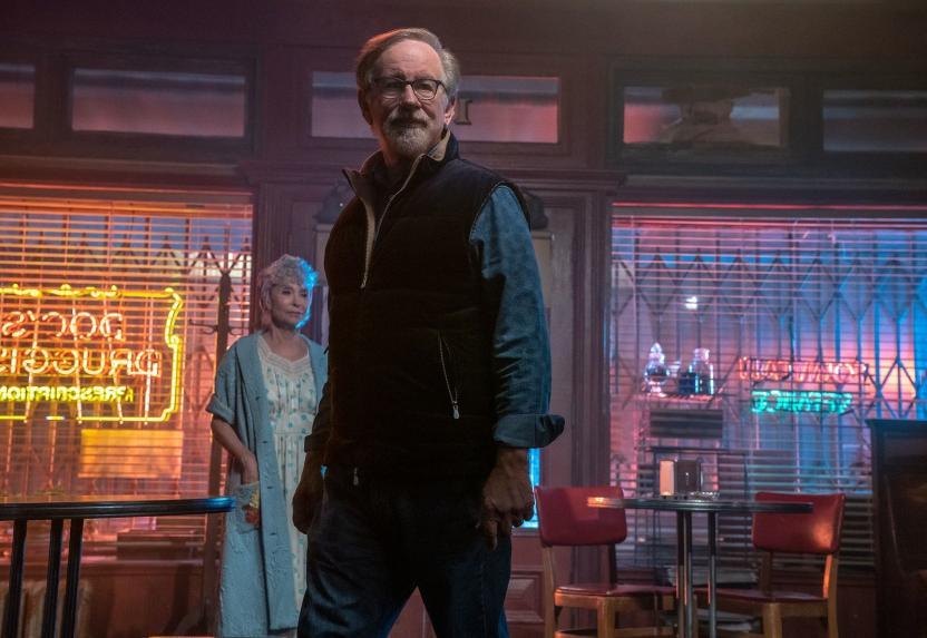Steven Spielberg con la actriz Rita Moreno en el set de West Side Story.