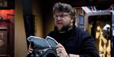 Cineasta pelea contra una figura de Guillermo Del Toro en un cortometraje