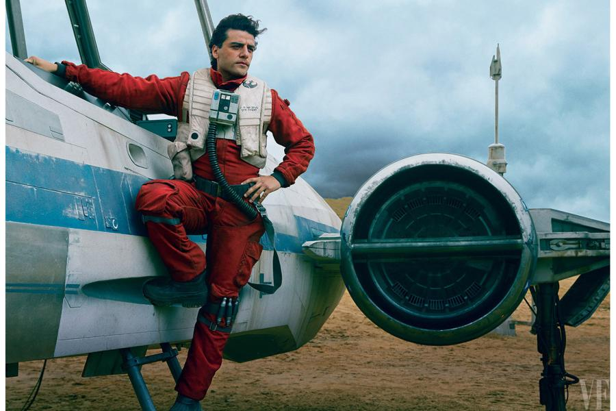 Oscar Isaac como Poe Dameron, un piloto de la Resistencia, junto a su X-Wing. *Fotografía de Annie Leibovitz para Vanity Fair.