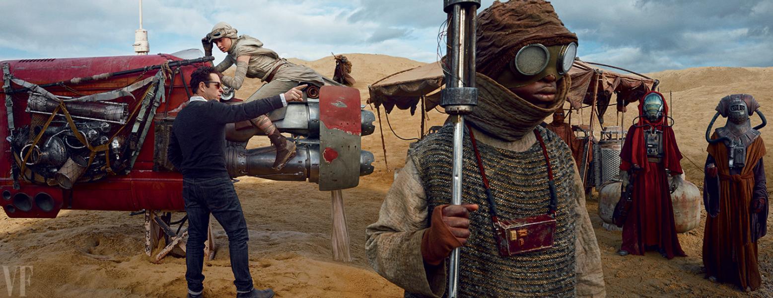 Daisy Ridley con su speeder dirigida por J.J. Abrams en Jakku... ¿Acaso al frente de esta imagen vemos a John Boyega disfrazado? *Fotografía de Annie Leibovitz para Vanity Fair.