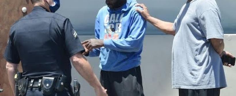 Denzel Washington defiende a indigente de la policía