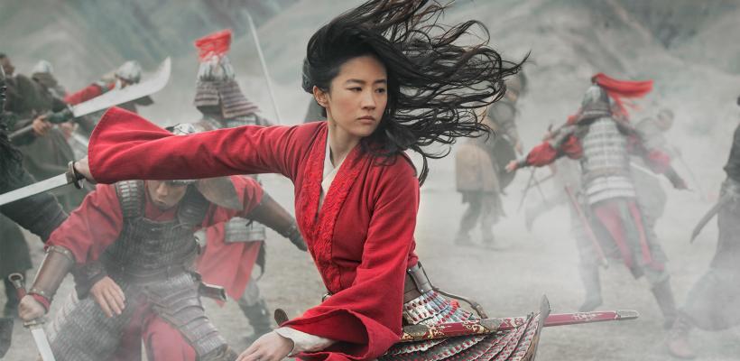 Propietario de cine francés destruye publicidad de Mulan en protesta contra la decisión de Disney de estrenarla en streaming