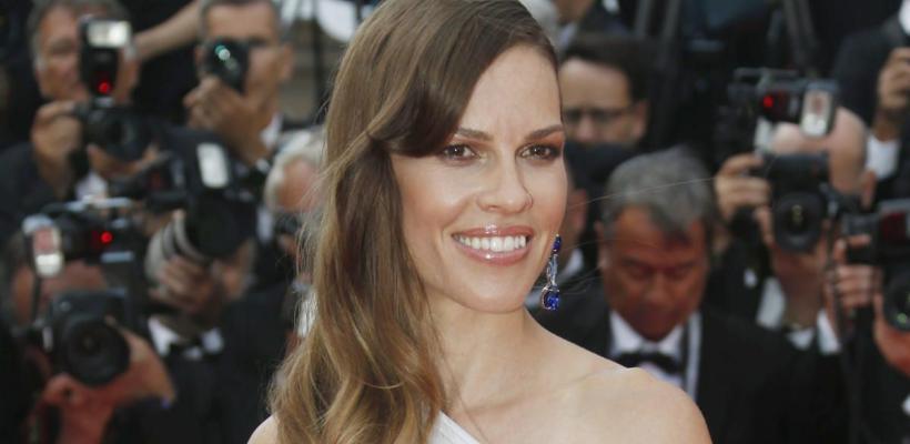 Hilary Swank cree que un actor trans haría mejor su papel en Los Muchachos No Lloran