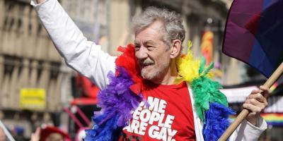 """Ian McKellen pide a la comunidad gay apoyar a las personas trans: """"todos debemos ser aliados"""""""