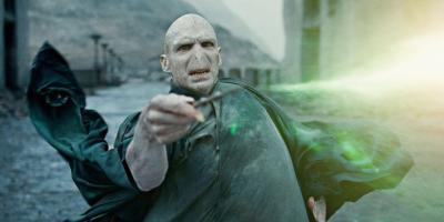 Ralph Fiennes declara que los ataques en contra de J.K. Rowling no tienen sentido