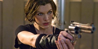 Milla Jovovich y Ali Porter posan en el set de RE: The Final Chapter