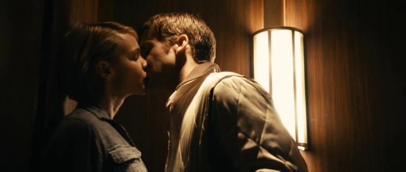 EL BESO ESPÉRAME UN MOMENTO (Drive, El Escape): No importa si vas al baño o a aplastarle la cabeza a alguien, la clave de este beso está en que lo des en el momento preciso.